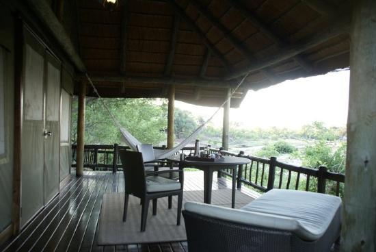 Belmond Savute Elephant Lodge : Терасса перед входом непосредственно в лодж. Идеально для послеполуденного сна и наблюдения за с