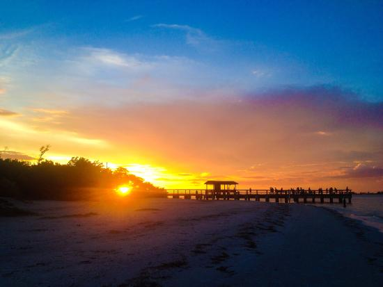 Parrot Nest: Sunset behind the pier on Sanibel