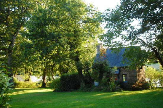 Saint-Pierre-de-Plesguen, France: Вид на другой гостевой домик у пруда