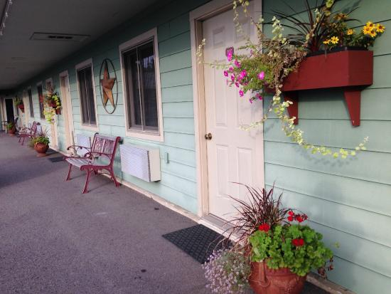 The Garrett Inn: Outside of the nicely decorated Garrett Inn