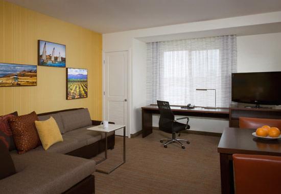 Tustin, Kalifornien: One-Bedroom Suite Living Area