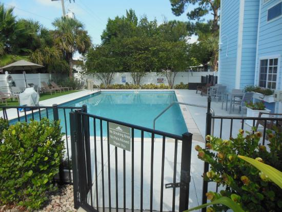 Microtel Inn & Suites by Wyndham Port Charlotte: pool area