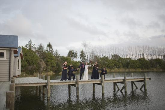 Coatesville, Nieuw-Zeeland: Bridal party on the jetty