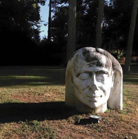 Jonquieres, Francia: Statua nel parco