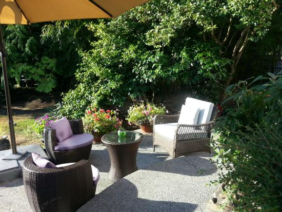 By the Sea BnB : Front Patio