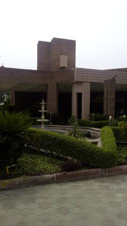 Shree Ram International : View of the Hotel from gate