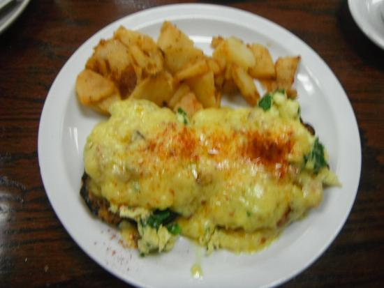 Red Apple Family Restaurant: eggs Benedict with pulled pork and home fries