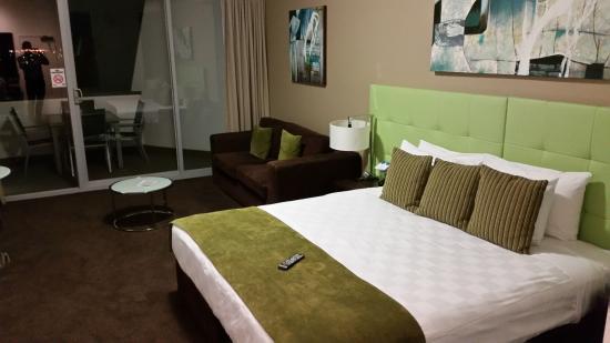 Mercure Melbourne Caroline Springs: Large room and decent Bed