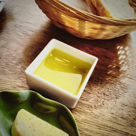 Νήσος Γουαϊχέκε, Νέα Ζηλανδία: A small plate of Franco's fresh sourdough bread, noisette butter & local olive oil.