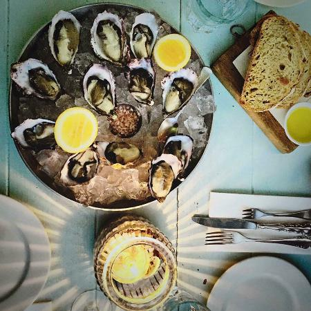 Pulau Waiheke, Selandia Baru: Tucking into fresh local oysters served up in relaxed surroundings at the now infamous Oyster In