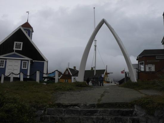 Sisimiut, Greenland: Walknochen mal anders verwertet