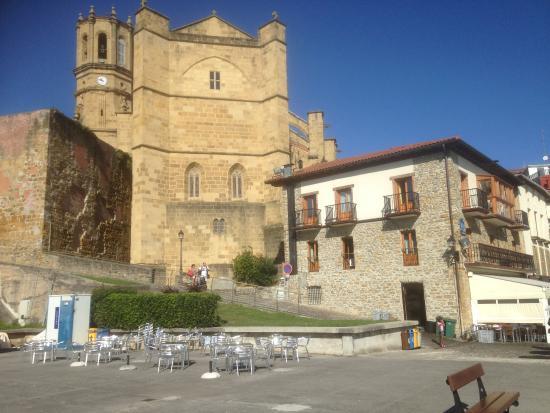 Pensión Katrapona: The hotel to the right nestling under the massive church