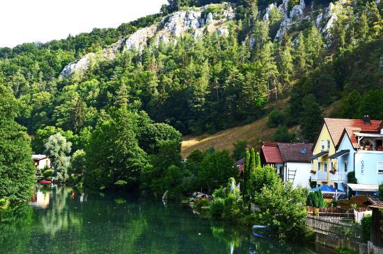 Essing, Tyskland: Rivier,stadje en bergwand