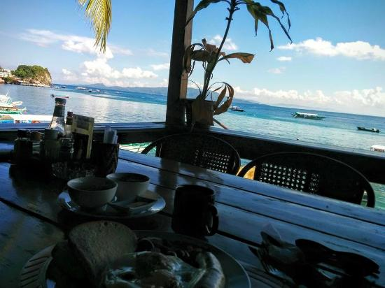 Capt'n Gregg's Divers Lodge: View from my breakfast over the sea