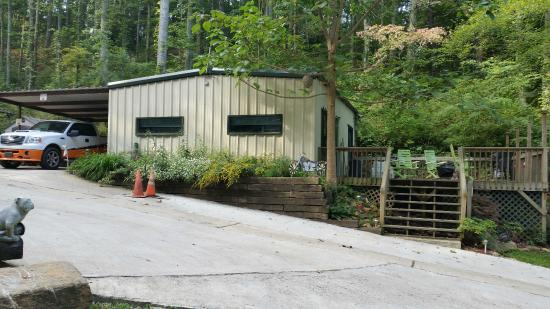 Simple Life Campground and Cabins: The Big Dawg's House Cabin