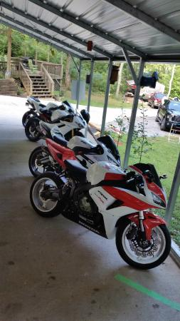 Simple Life Campground and Cabins: Covered motorcycle parking