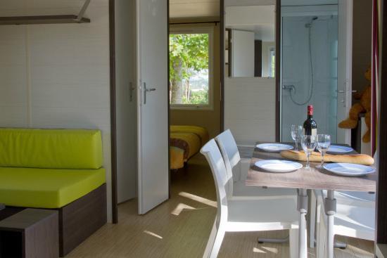 Camping Le Pressoir : séjour mobil home