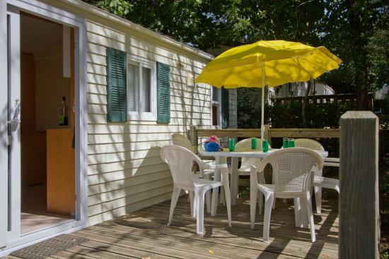 Camping Le Pressoir : terrasse mobil home