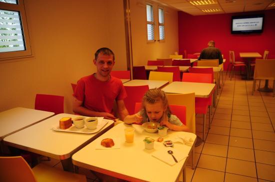 Premiere Classe MLV - Saint Thibault Des Vignes : Завтрак. Единственное место где можно сфотать обычным объективом, все остальное только с шириком