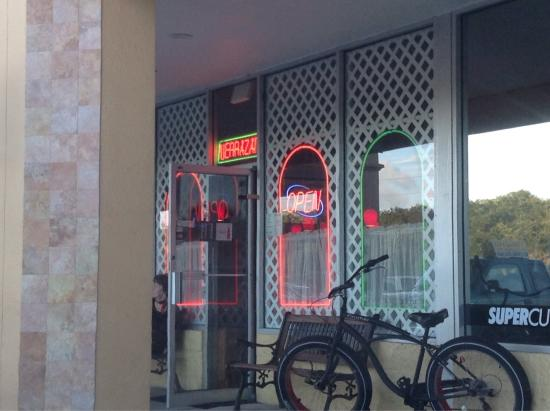 Verrazano Pizza & Pasta Restaurant: Great pizza in a small out-of-the-way shop!