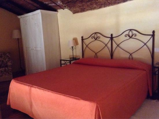 Etna Hotel: Chambre familiale avec vue sur patio