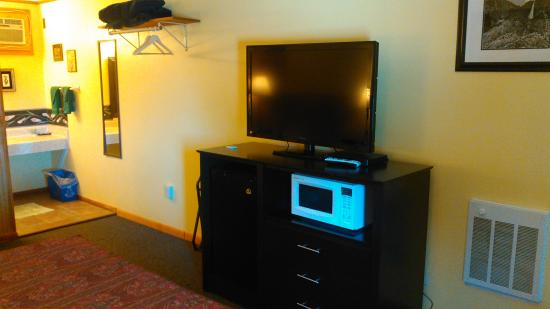 High Point Country Inn: TV Microwave and Refrigerator
