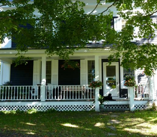 Bunker Hill Inn : Side porch - beautiful!    That's Frank on the porch.