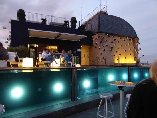 Hotel Ohla Barcelona: Infinity Pool lit up