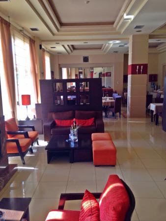 Maison Hotel: Pool und Frühstücksraum