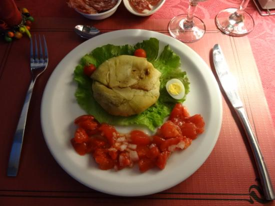 Felines-Termenes, França: Starter of baked cheese and salad from the garden