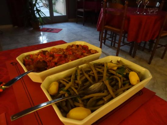 Felines-Termenes, França: Fresh beans, potatoes and ratatouille to accompany the meat