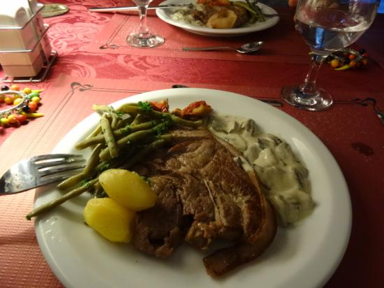 Felines-Termenes, França: Fabulous main course with fresh vegetables and home-made sauce