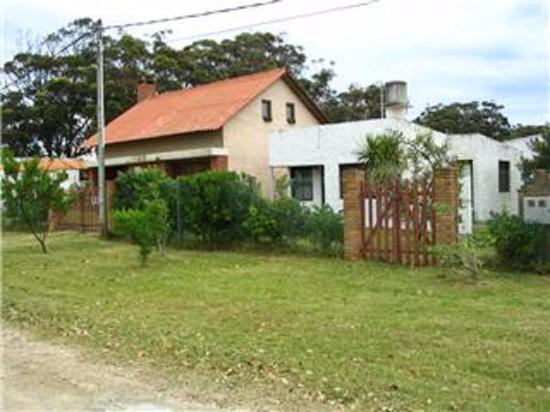 Cabañas Virazon: Casa principal del dueño y la entrada a las cabañas es por la puerta de madera