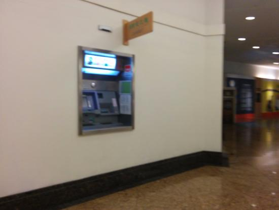 Parkview Hotel: ATM machine that accepted many cards, opposite the gift shop