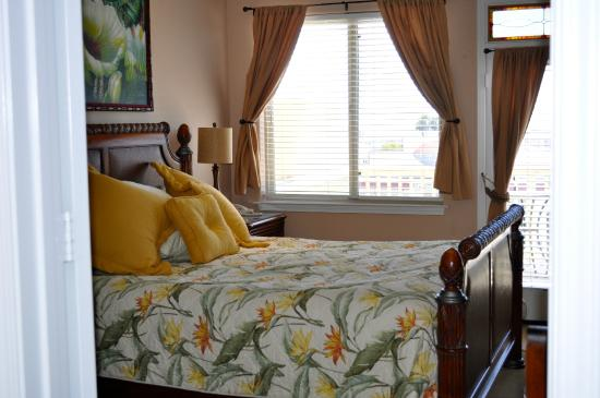 Cayucos Sunset Inn: The California King bed in the Bali Suite