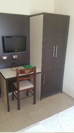 Hotel Vila e Arte: Tv and wardrobe