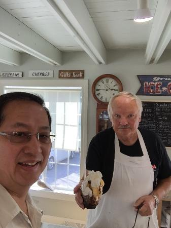 Egg Harbor, WI: Great place for a treat during the afternoon. Friendly service. Great popcorn and ice cream. T s