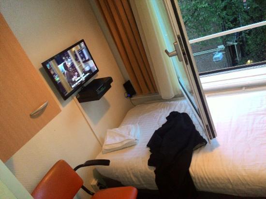 Freeland Hotel: o quarto era bem pequeno, com tv e janela que dava para a rua