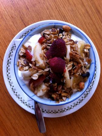 Parrsboro, Canadá: Maple Nut Granola with Yogourt & Fruit