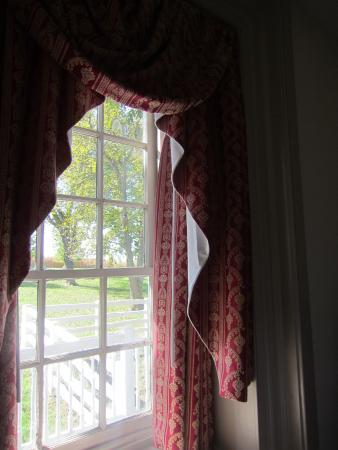 Silverstone Inn & Suites: Beautiful hand-made curtains