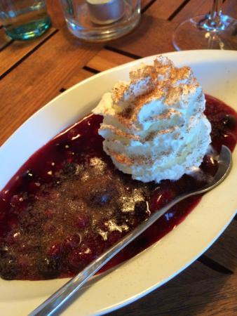 Jessens Fischperle: Regional specialty berry dessert.
