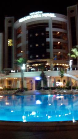 Grand Pasa Hotel: Avondzicht aan zwembad vanaf de Bar