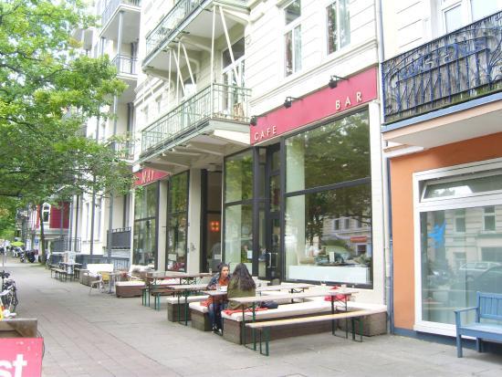 Außensitzplätze aus der Stadt kommend - Picture of Cafe