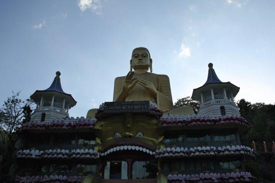 Golden Temple of Dambulla: Piazzale d'arrivo