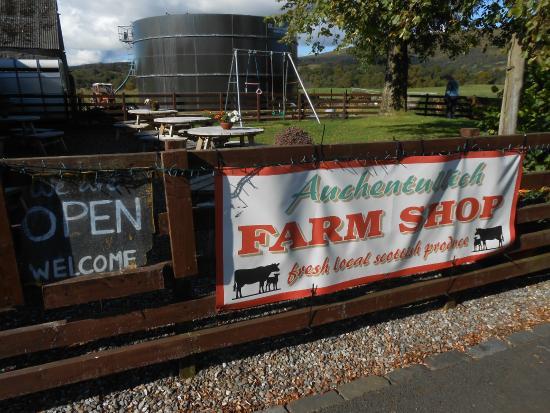 Auchentullich Farm Shop: Sign and Picnic Area