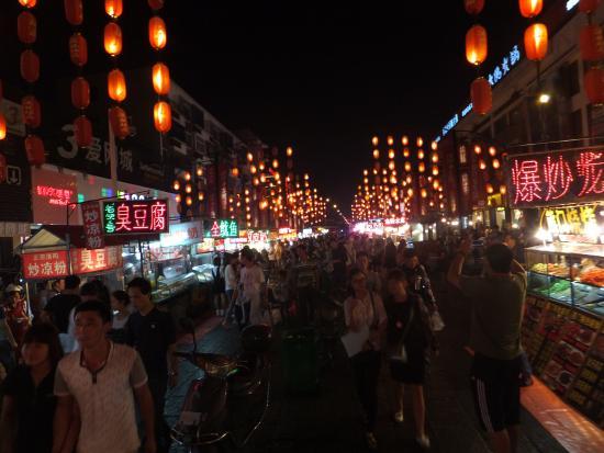LuoYang ZhenBuTong Restaurant (ZhongZhou East Road) : Local street food scene