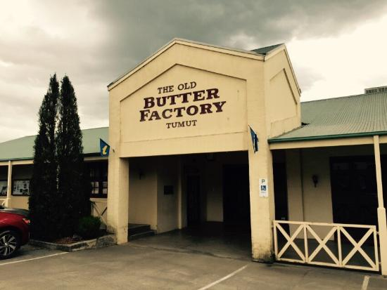Tumut, Australien: The Old Butter Factory Building. Wonderful display of sculptures from a recent local exhibition