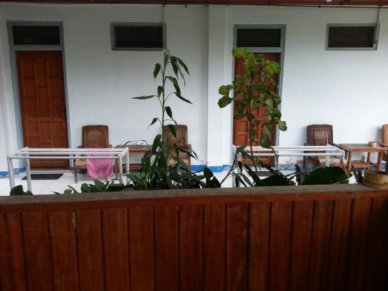 Victoria Hotel Tentena: Sitzgelegenheit vor unserem Zimmer Nr. 22