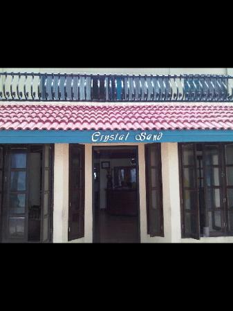 Crystal Sand Beach Resort: ข้างหน้าโรงแรม