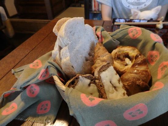 Azukiya: 焼きたてパン